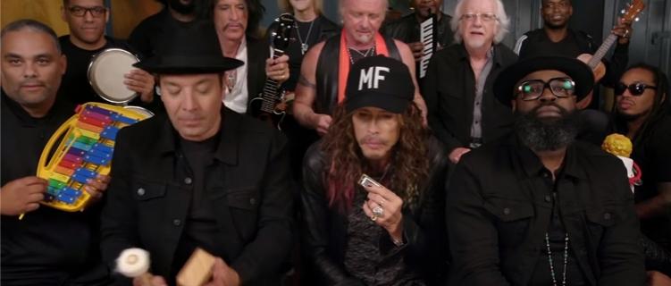 Aerosmith e Jimmy Fallon estão se divertindo muito tocando Walk This Way com instrumentos de crianças!