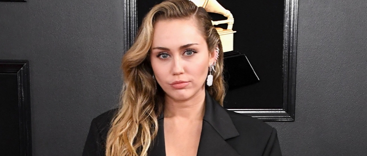 """Miley Cyrus lança clipe para """"Slide Away"""", seu single sobre separação"""