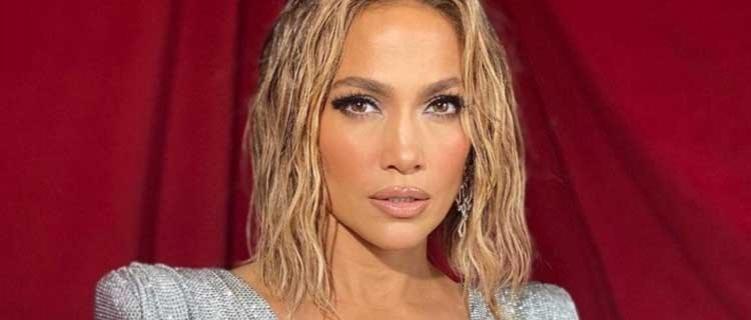 Jennifer Lopez aparece irreconhecível com cabelo roxo para novo videoclipe