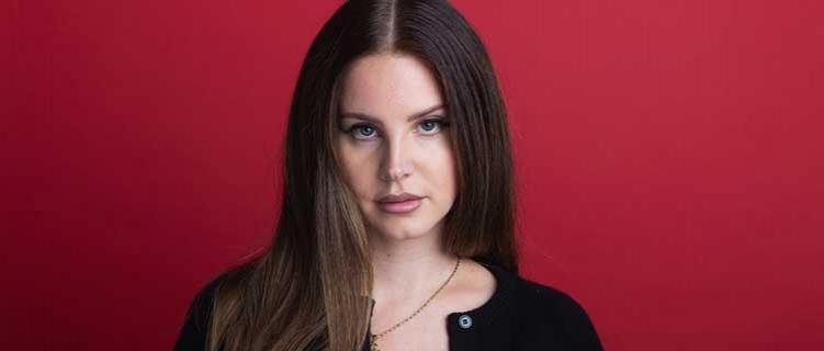 """Lana Del Rey libera capa e tracklist de """"Chemtrails Over the Country Club"""", seu novo álbum e rebate críticas"""