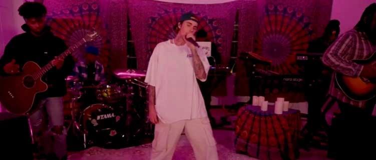 """Justin Bieber estreia a música inédita, """"Peaches"""", no Tiny Desk Concert."""
