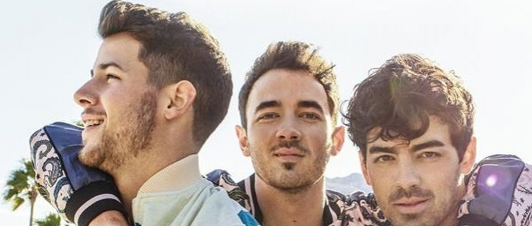 """""""Happiness Begins"""": Jonas Brothers lançam novo álbum marcando o retorno após seis anos"""