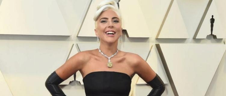 """Lady Gaga posta foto com namorado durante isolamento em sua casa: """"Continuando forte"""""""