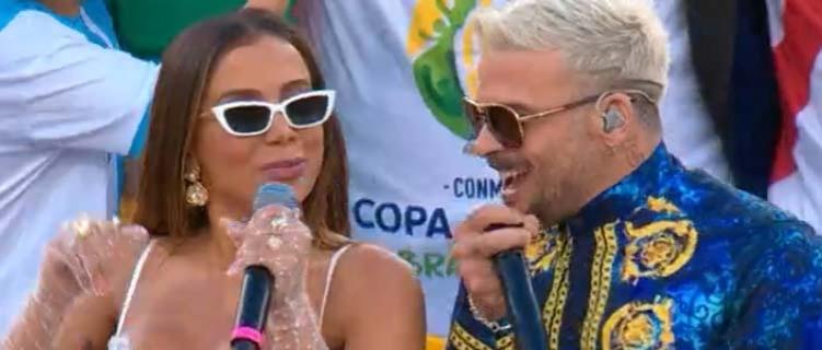 """Anitta canta """"Downtown"""" e homenageia João Gilberto na cerimônia de encerramento da Copa América"""