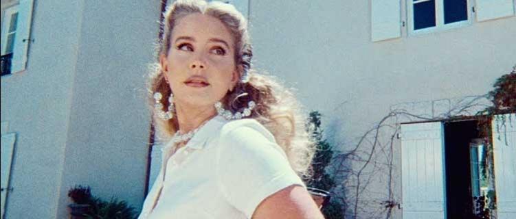 """Lana Del Rey lança novo single e clipe, """"Chemtrails Over The Country Club""""."""