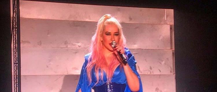"""""""The X Tour"""": Christina Aguilera estreia turnê na Europa com novos figurinos e adição de música queridinha dos fãs"""