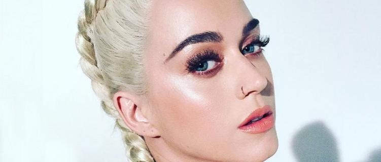 Katy Perry mostra que está em estúdio com o produtor dos primeiros álbuns