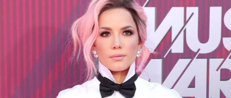 """Halsey recebe placa comemorativa por vendas do single """"Without Me"""""""