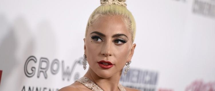 "Lady Gaga lança novo single, ""Stupid Love""."