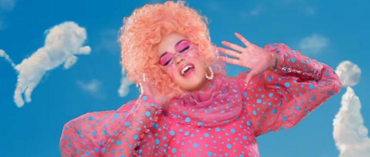 """Katy Perry joga videogame em seu divertido novo clipe, """"Smile"""""""