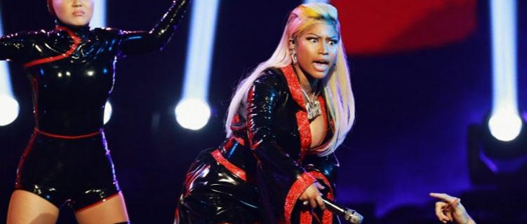 Oops! Nicki Minaj fica com seios à mostra durante show e faz piada!