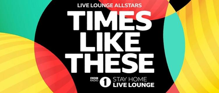 """Chris Martin, Dua Lipa, Ellie Goulding e mais regravam """"Times Like These"""" dos Foo Fighters."""