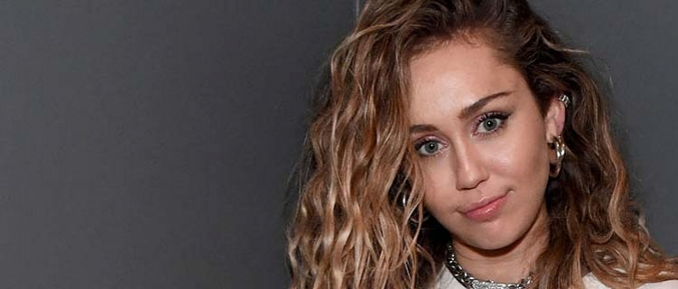 Miley Cyrus mostra parcialmente os seios na Vanity Fair – veja fotos e trechos da entrevista