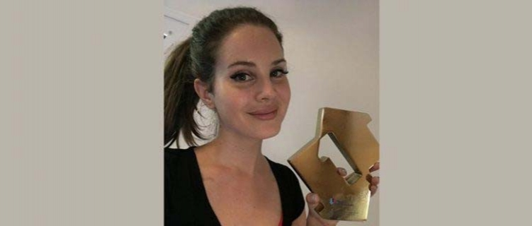"Lana Del Rey é nº1 no Reino Unido com ""Norman Fucking Rockwell"""