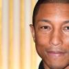 Pharrell Williams chega ao Rio para show surpresa com Anitta e posa com fã no Leblon
