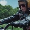 """Katy Perry revela curiosidades do clipe de """"Harleys In Hawaii"""" em bastidores de gravação."""