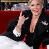 Pink inaugurando sua estrela na Calçada da Fama e muito mais nas imagens da semana