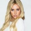 """Cheia de brilho, Kesha apresenta cover de """"Children of the Revolution"""" em programa de TV"""